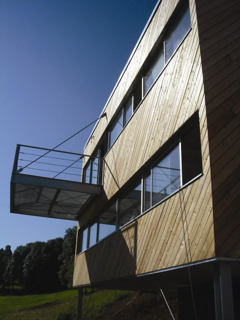 maison en bois d 39 architecte maison en pente avec passerelle. Black Bedroom Furniture Sets. Home Design Ideas