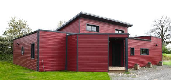 maison à toit plat bardage rouge