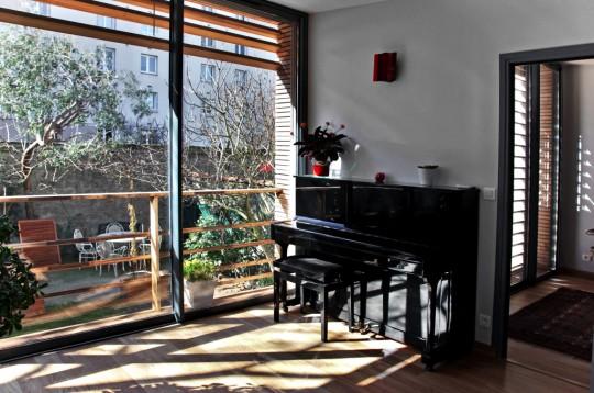 Agence intérieur de l'extension avec baie vitrée et brise soleil