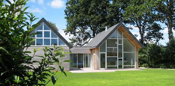 Maison bois contemporaine à larges baies vitrées