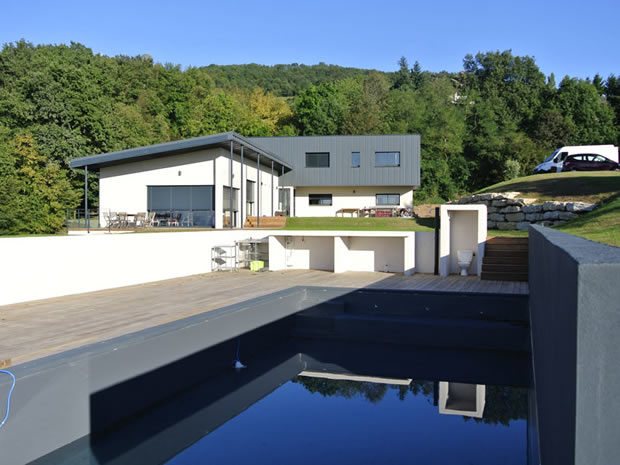 maison contemporaine en L avec piscine-naturelle