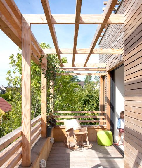 → Maison en bois : toiture terrasse, pergola bois, maison atypqiue ...