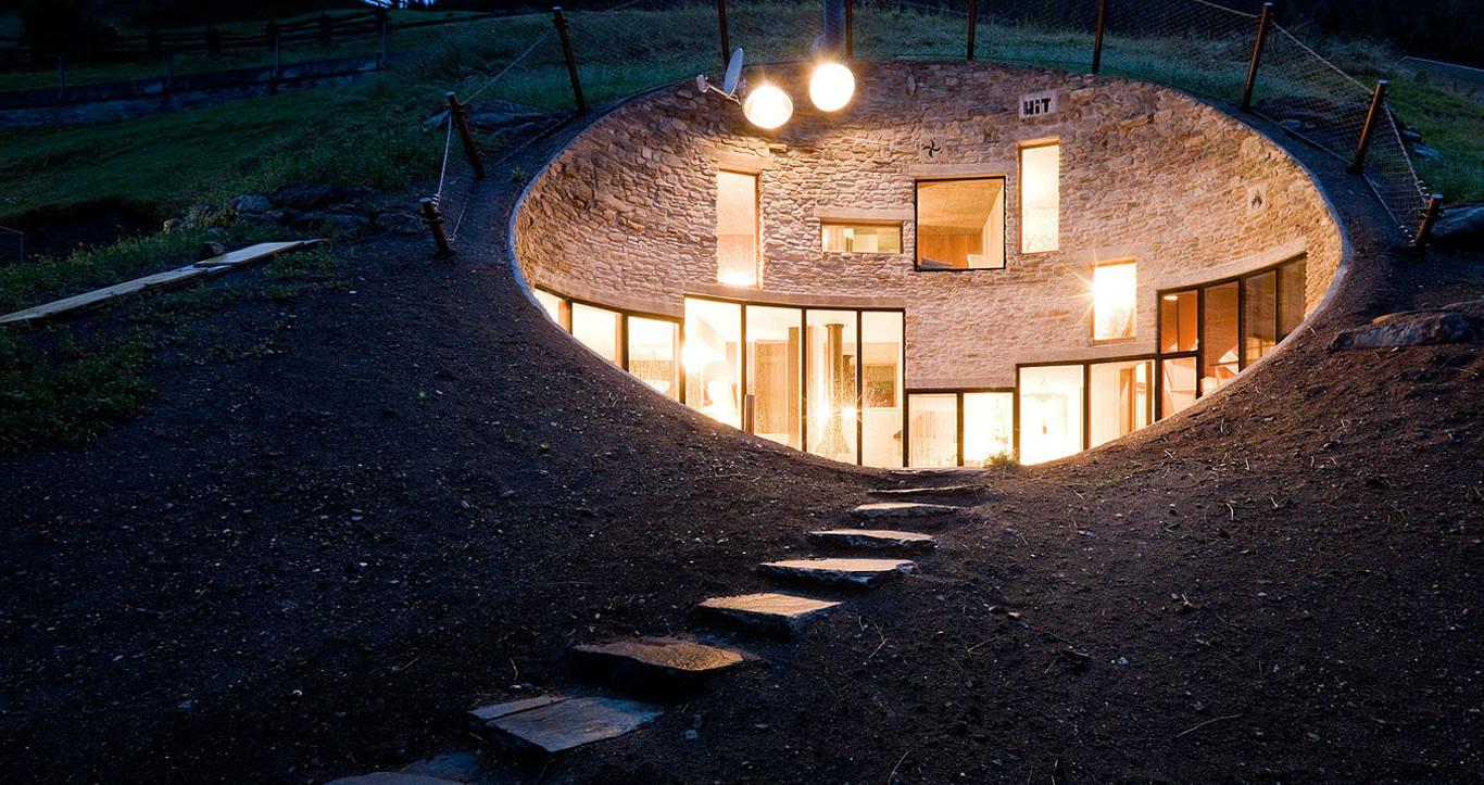 Maison troglodyte design perdue dans la montagne suisse for Architecture troglodyte