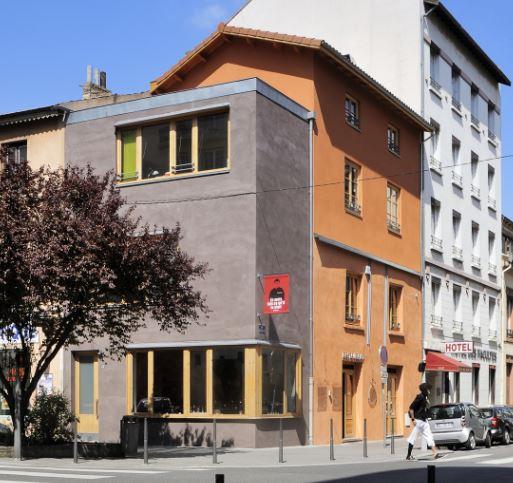 Résultat : un immeuble surélevé de 2 étages et un local commercial largement ouvert sur la rue.