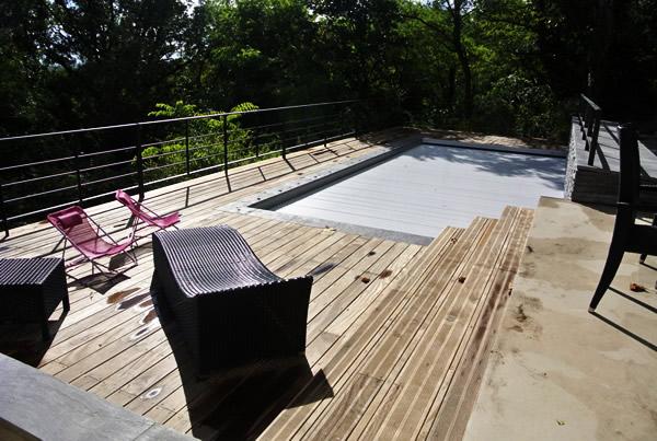 Piscine avec terrasse en lame de bois naturel
